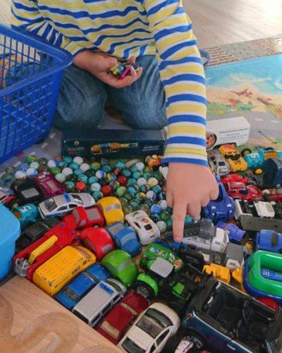 Fixkosten senken Fixkosten berechnen Kinder spielen Autos